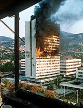 Incendio della sede del parlamento bosniaco durante l'assedio